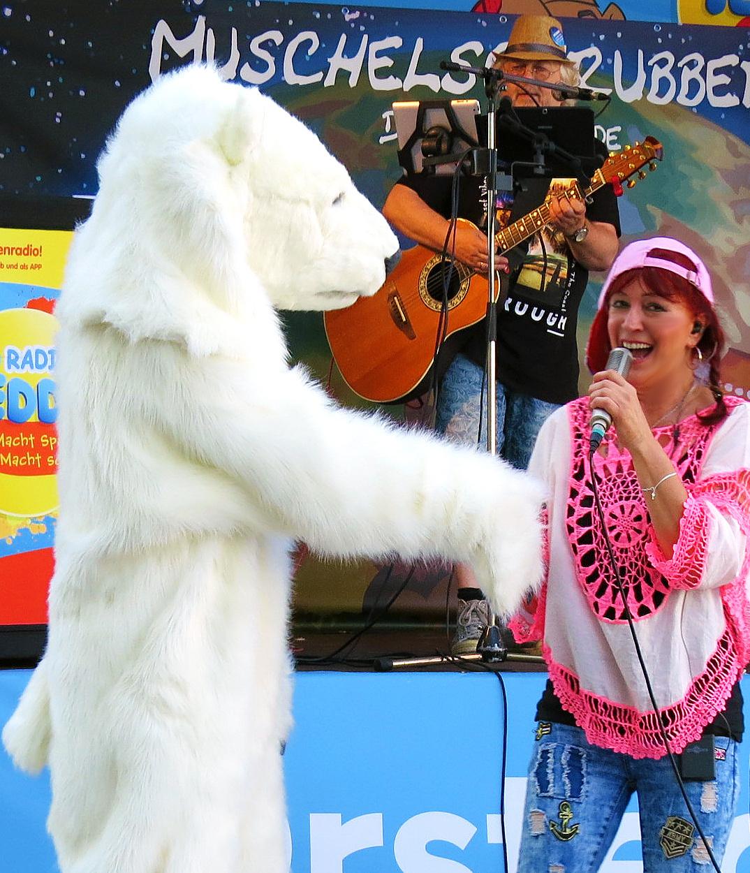 Muschelschrubber Elli mit dem Eisbär von Greenpeace